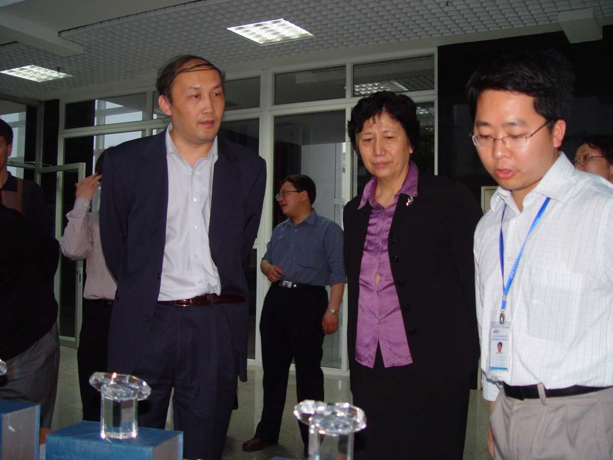 国务院学位办主任杨卫院士一行视察深圳大学城办学单位并参观我院实验室