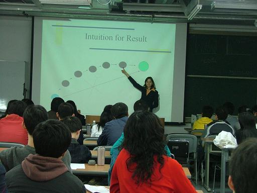 Dr.Silvia为商学院同学们讲课
