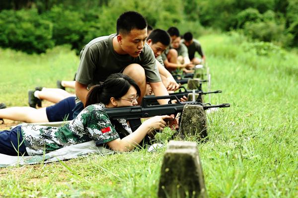 打靶归来 歌声满天 汇丰商学院2013级新生军训系列报道之十九