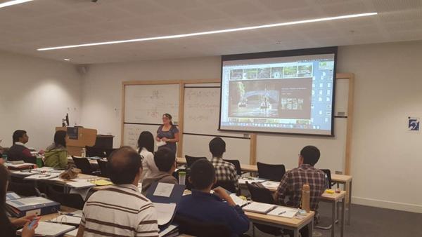 图3:牛津大学工作人员后续活动讲解-北京大学汇丰商学院赴英国牛津图片