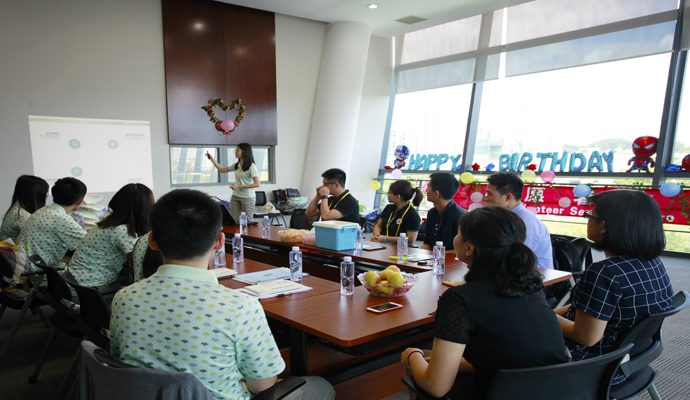 深圳团市委副书记方琳看望第十九届国际植物学大会命名法规会议志愿者