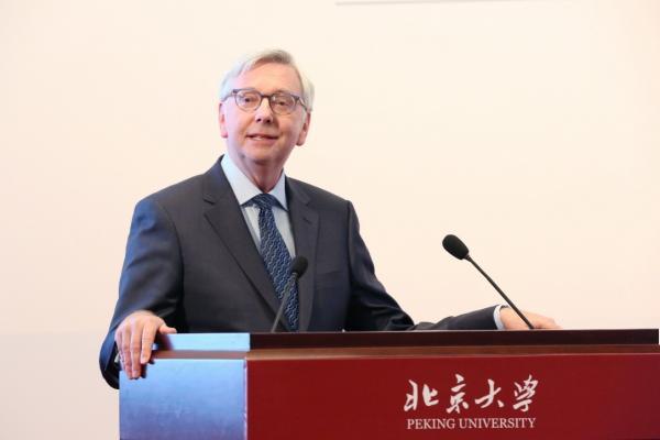 剑桥大学校长斯蒂芬·图普访问北京大学并发表演讲